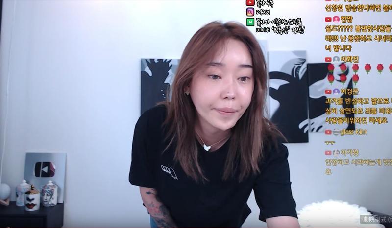 韓國網美花子被踢爆曾非法賣淫,她開直播承認是事實並流淚道歉。(截圖自花子YouTube)