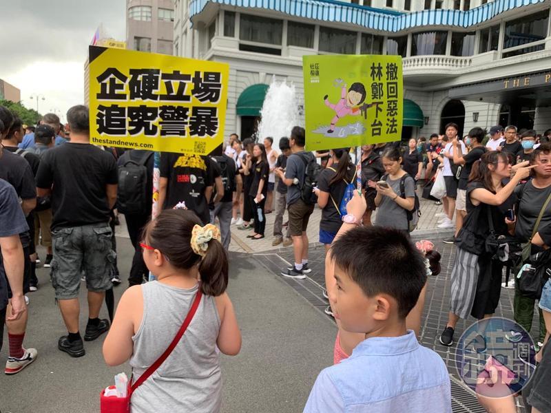 民陣發起的818「止黑暴,制警亂」遊行,警方僅批准集會,不准遊行。民陣表示,有民主派議員將帶領集會參與者向金鐘方向自由行。