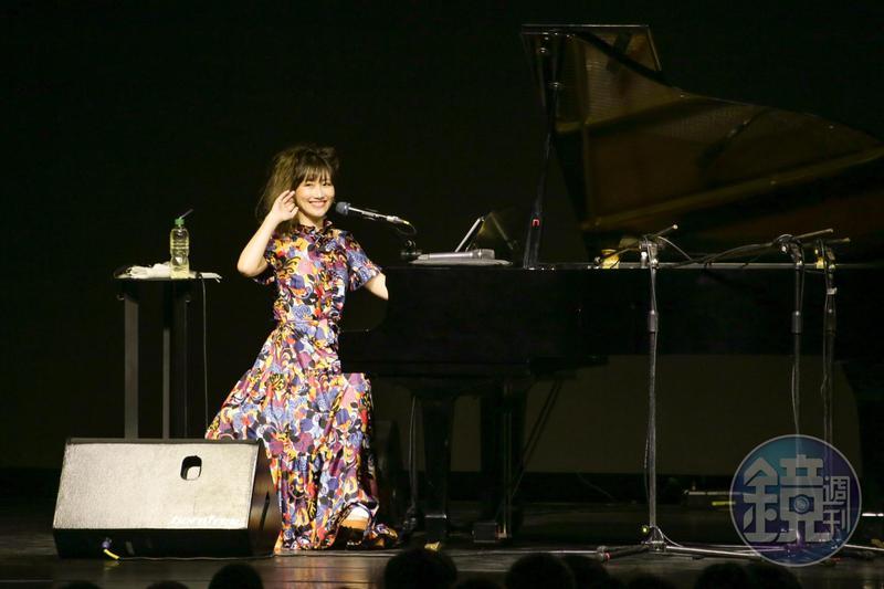 日本創作才女大塚愛舉辦鋼琴彈唱會,吸引700多名歌迷到場。