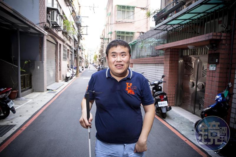 林宏宇住在新北市,環境對視障者的行動都很不友善,但他還是努力調適。