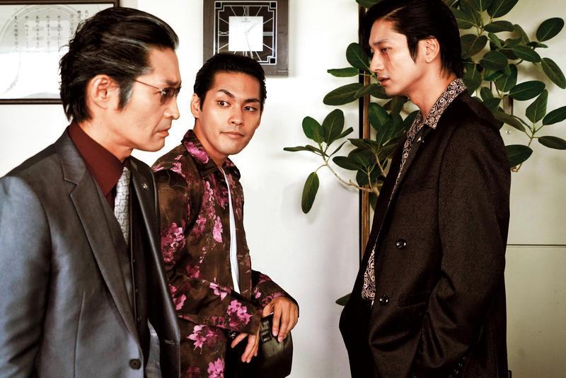 柳樂優彌(中)扮演一名介於丑角與暴徒之間的黑道分子,幾位男演員自帶笑點,很有日漫誇張風格。(采昌提供)