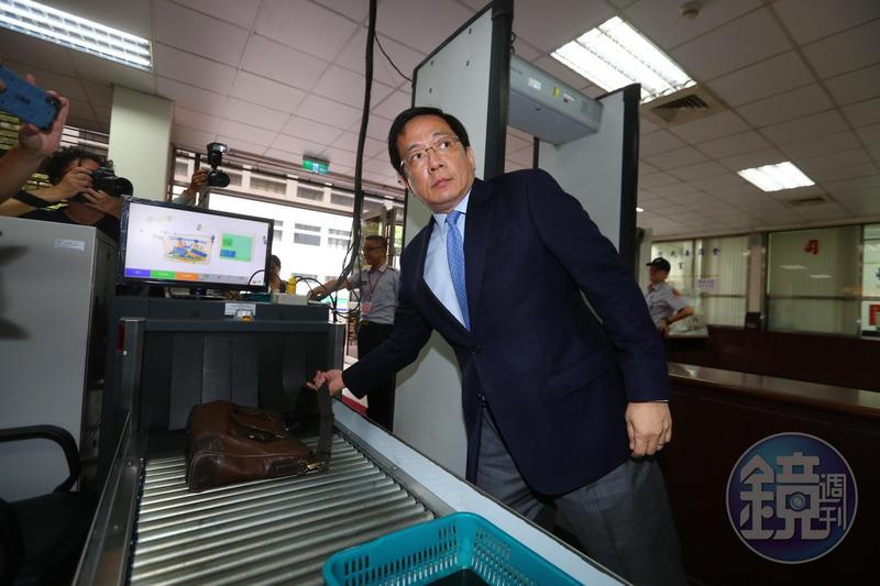 台灣大學校長管中閔遭監察院認定2012年擔任政務官期間涉嫌違法兼職,今二度至公懲會出庭。