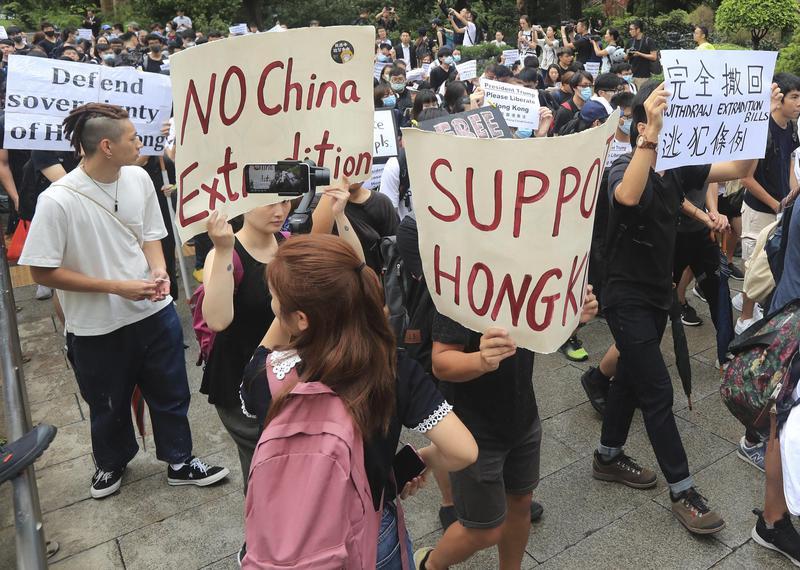 香港年輕世代憂心未來,有些人決心選擇出走移民他鄉。(東方IC)