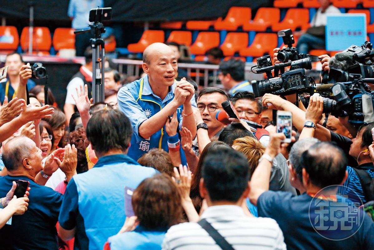 韓國瑜獲藍營提名參選總統後,飽受負面新聞纏身,面對黨內分裂危機,他只能四處求援。