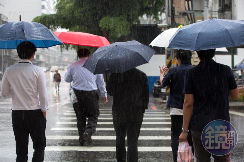 台灣仍處於低壓帶的環境中,中央氣象局已針對全台6縣市發布大雨特報。