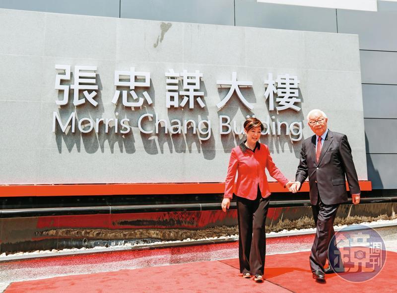 去年7月台積電選在張忠謀(右)87歲生日當天,送給他一份大禮,就是將總部大樓命名為「張忠謀大樓」。