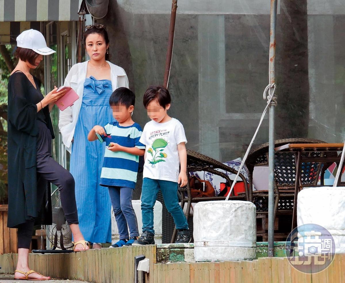 8月17日 12:00,麻衣(左2)跟友人帶著小孩外出享用午餐。