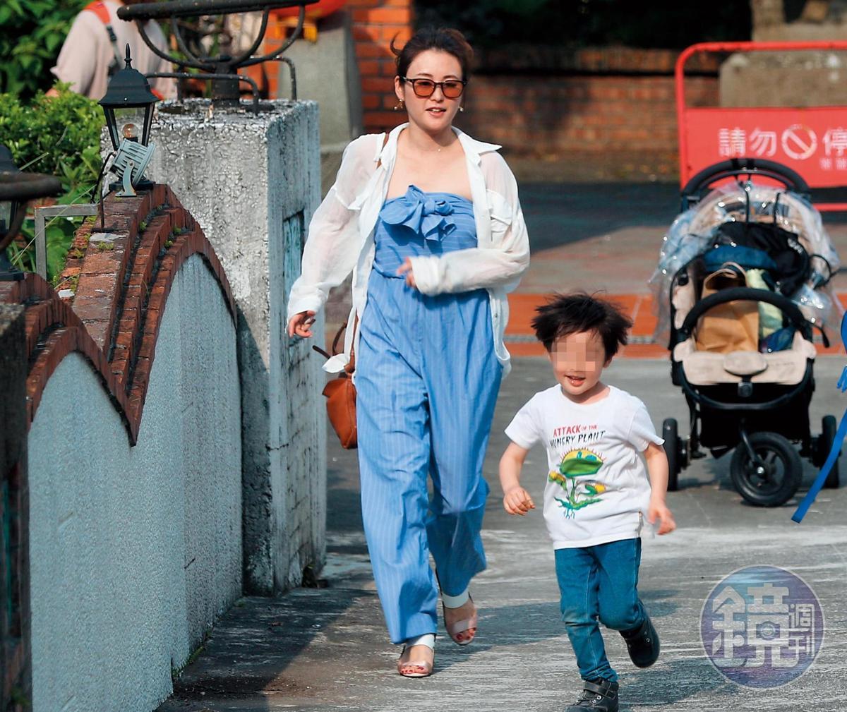 16:02, 麻衣的小孩向前奔跑,後面一堆擔心他的大人也跟著他衝刺。
