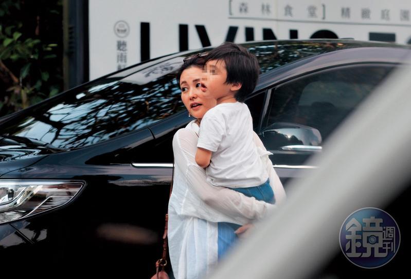 8月17日 16:05,為母則強的麻衣,抱起兒子流露出她濃濃的母性。爸爸王泉仁在小朋友的成長過程當中長期缺席,而且2人驚爆已經離婚。