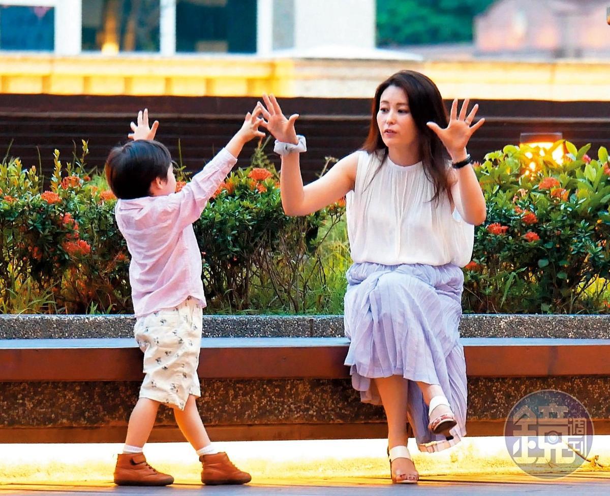 18:30,麻衣跟兒子的互動非常可愛。聽說為了讓孫子能說中文,身為爺爺的王文洋還特地請了家教上課。