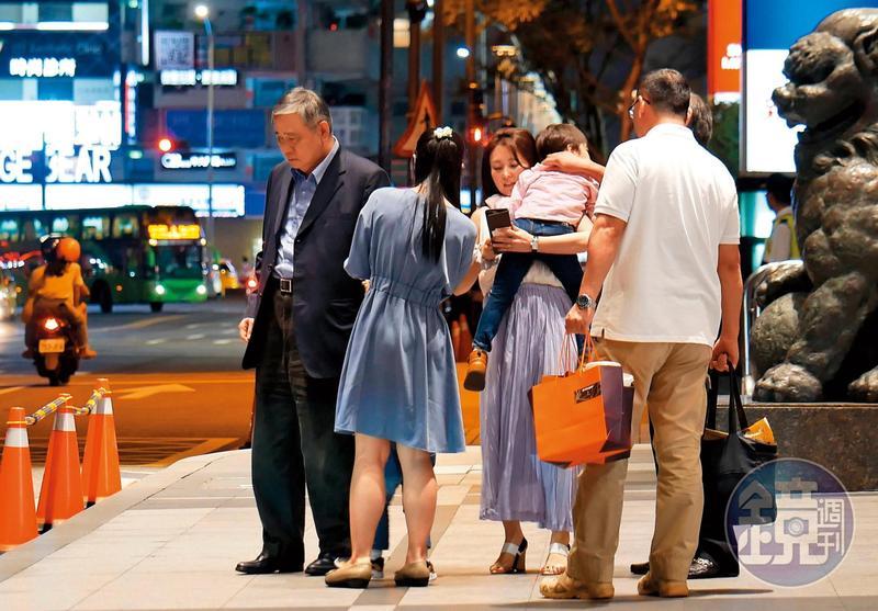 8月17日 21:08,據說有次麻衣兒子生病,王文洋(左1)二話不說就飛到日本探視。這次兒子王泉仁婚變,讓他看起來很落寞。