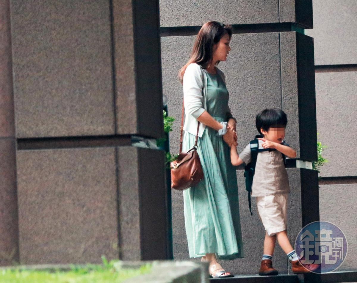 8月16日 17:00,據說王文洋了解麻衣住的「贊泰花園」是她的傷心地,因此曾提議送她一戶價值至少2億元的「御之苑」,方便就近探望孫子,但遭回絕。