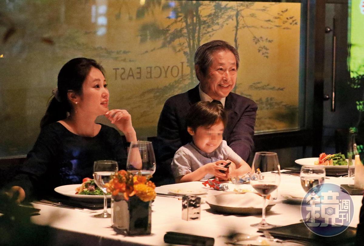18:52,麻衣跟父親坐在同側,兒子表現活潑,跟王文洋這餐吃得十分開心。