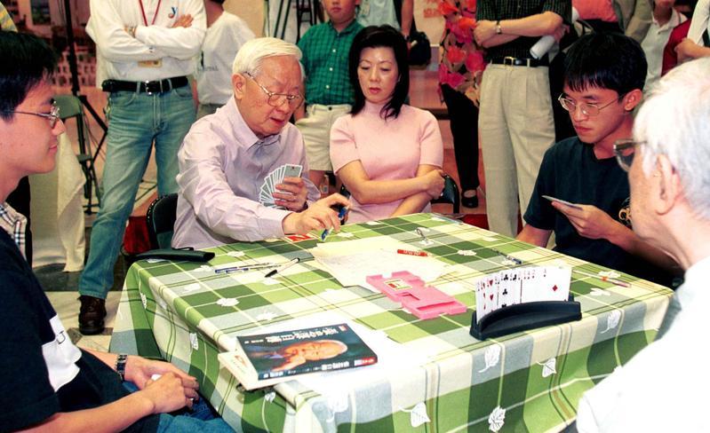 張忠謀高中就愛上橋牌,是出了名的橋牌高手,他打牌神情非常專注。(中央社)