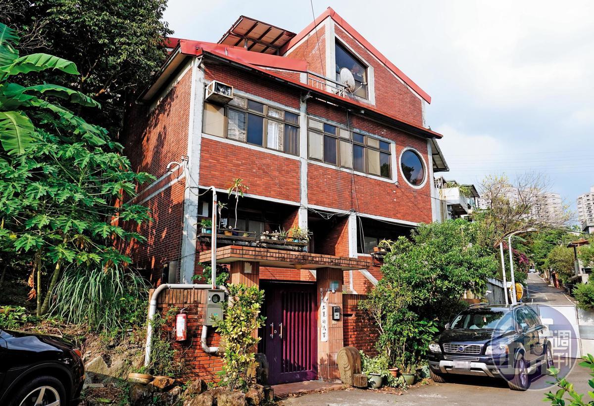 司馬中原與妻子打拚,1971年買百坪地自建「起家厝」,傳出有意出售。