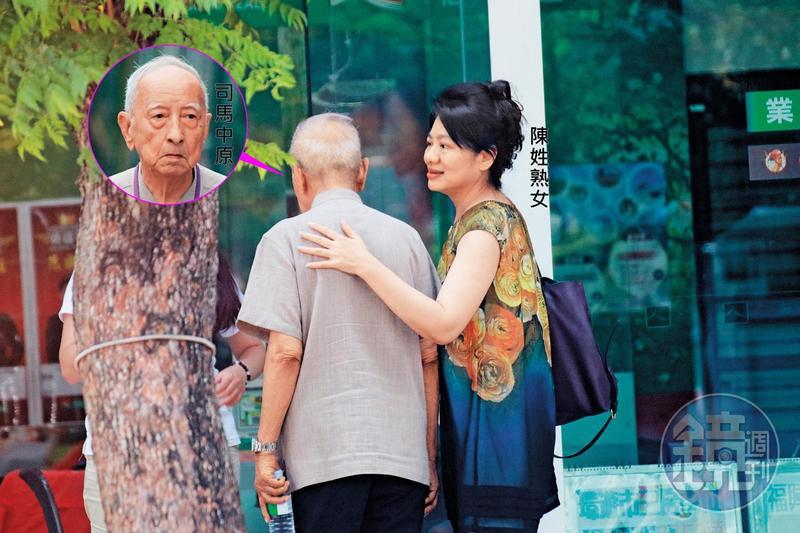 8/17 12:59 陳姓熟女已婚,比司馬中原小32歲,2人談完「房事」後,她輕撫司馬中原的背,一同離去。