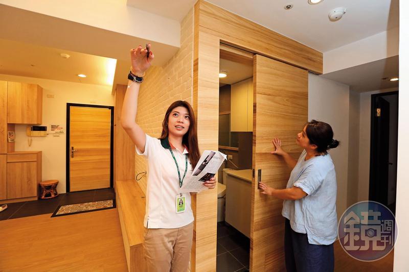 有換房需求的馬太太(右),到捷運新埔站附近看房,想找約1,500萬元、3~4房物件。