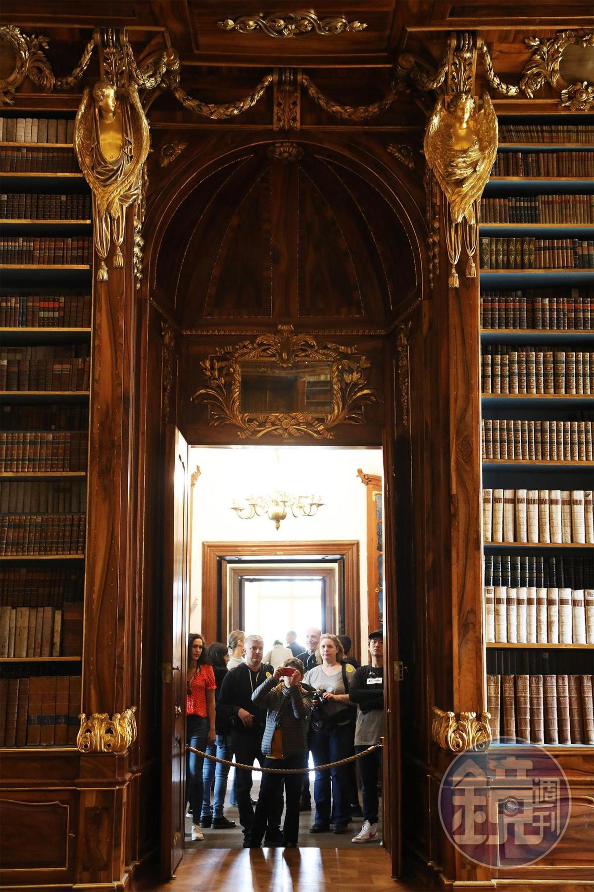 一般遊客僅能在紅龍外欣賞圖書館內的精緻陳設。