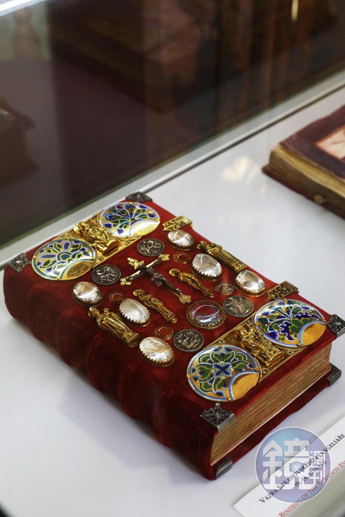 手抄本的封面以紅色天鵝絨與華麗的浮雕來裝飾。