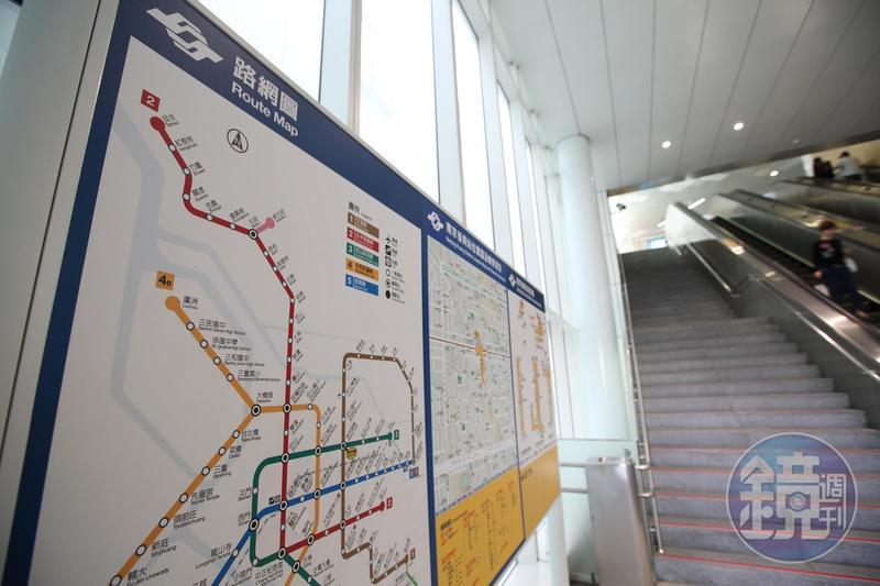 北捷板南線今天出現訊號異常,列車走走停停,導致各站通勤族大排長龍。