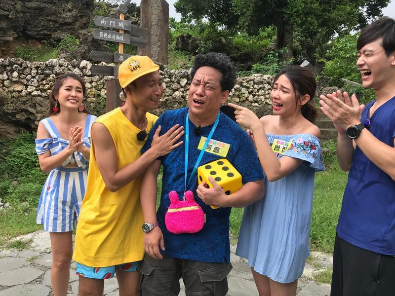 阿龐被電到手指頭都紅腫,讓他哭笑不得的暴怒大喊:「經紀人買高鐵車票回台北,不錄了啦!」。(民視提供)