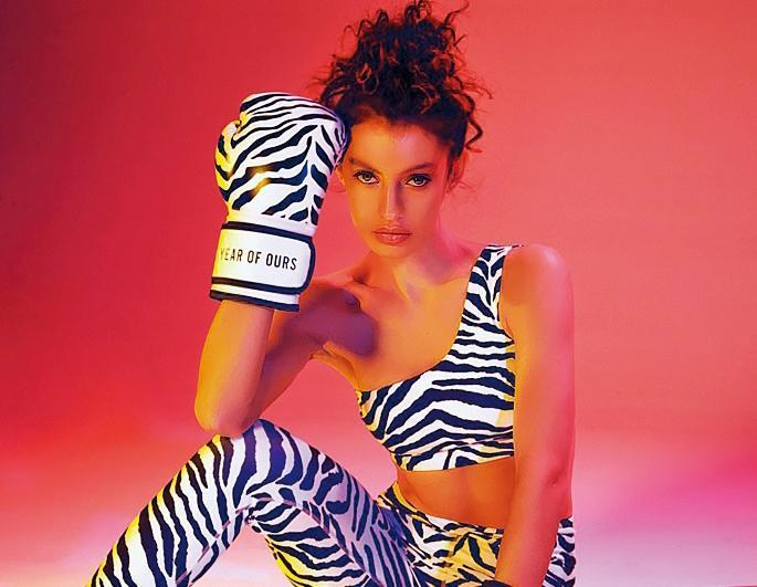 YEAR OF OURS斑馬紋運動上衣價格店洽、緊身褲NT$3,880、拳擊手套NT$4,680