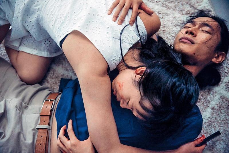 黃河(右)和王渝屏合作驚悚劇場的《完美Lily》,故事以騙局展開,觀眾扛著被拆穿的壓力又被激烈演技撞擊,是一則控制與背叛的都會寓言。