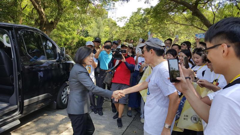 總統蔡英文今到金門巧遇前總統馬英九,二人相互握手打招呼。(翻攝馬英九臉書)