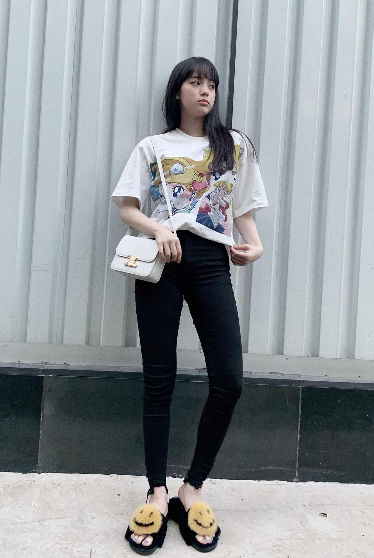 歐陽娜娜以印花T-shirt與可愛的笑臉拖鞋搭配Triomphe包。(CELINE提供)