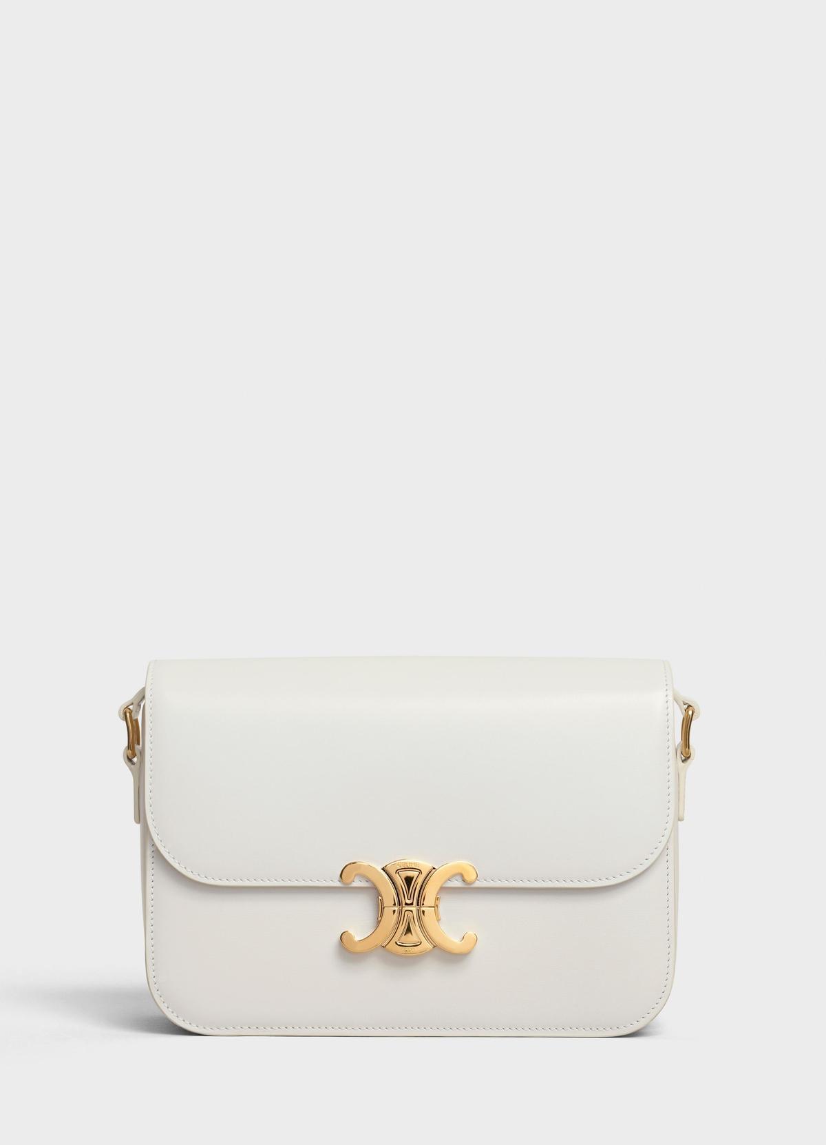 Triomphe純白色光滑小牛皮中型肩背包 NT$115,000-135,000(CELINE提供)