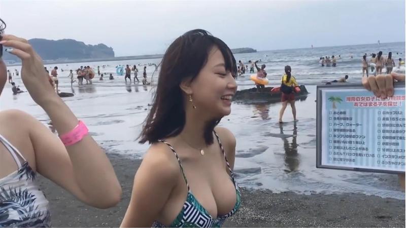 日本節目在海灘採訪比基尼正妹,長相甜美的Rio擁有一對傲人雙峰。(翻攝自PTT)