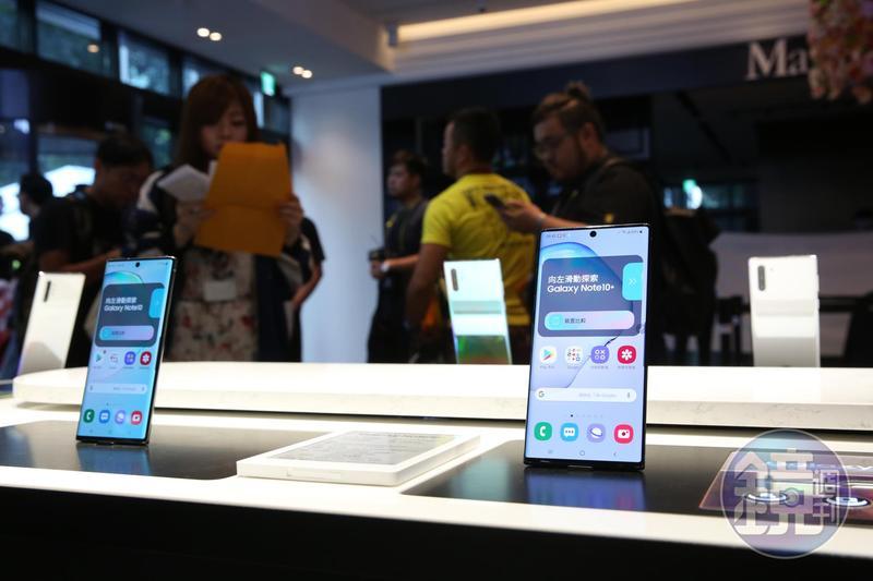 韓系三星率先推出旗艦機皇Galaxy Note 10,首賣祭出高額贈禮的吸引力下,一早擠入爆滿人潮。
