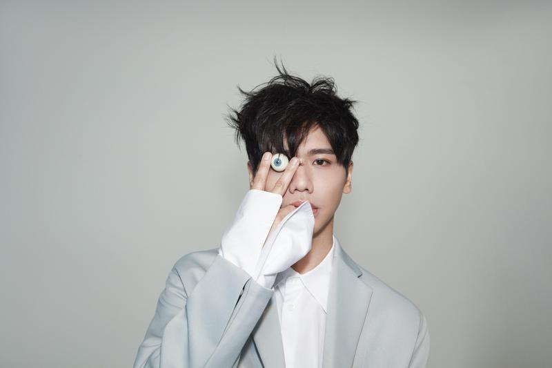 蔡旻佑推出新專輯《變心記》,跳脫過往乖乖牌框架,大玩詼諧黑色幽默風格。(何樂音樂提供)