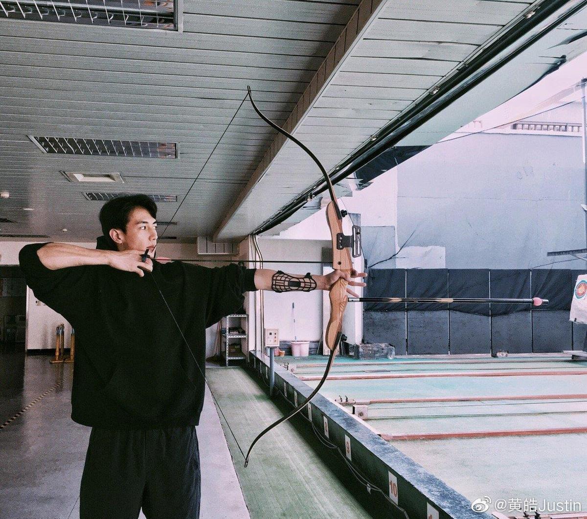黃皓曾貼出自己的射箭照,高大英挺。(翻攝自黃皓微博)