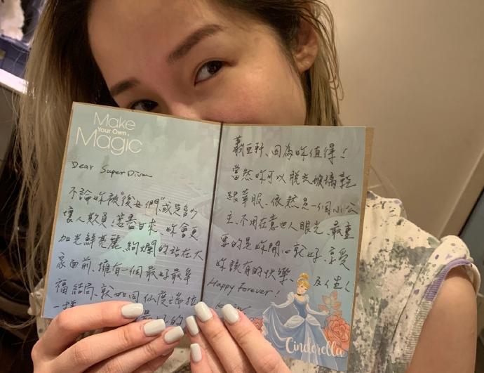 蕭亞軒生日前夕連發文,素顏露相秀出支持她的卡片。(翻攝自蕭亞軒微博)