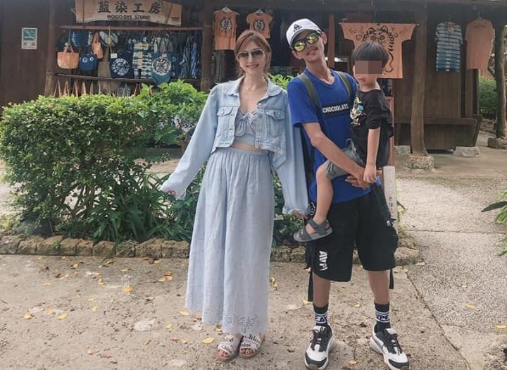照片中阿翔抱著兒子站在Grace身旁,一家人笑的燦爛。(翻攝自Grace臉書)