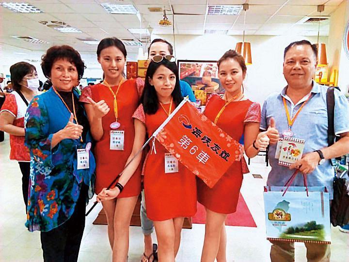 曾志湘(右1)擔任復興區長期間,曾在2016年6月率領水蜜桃公主前往中國福建平潭參加海峽論壇。(復興區公所提供)