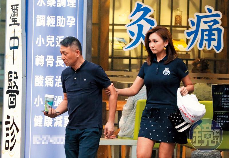 8月19日17:25,結束針灸後,兩人前往停車場取車,赴超市採買後,前往咖啡廳與友人用餐。