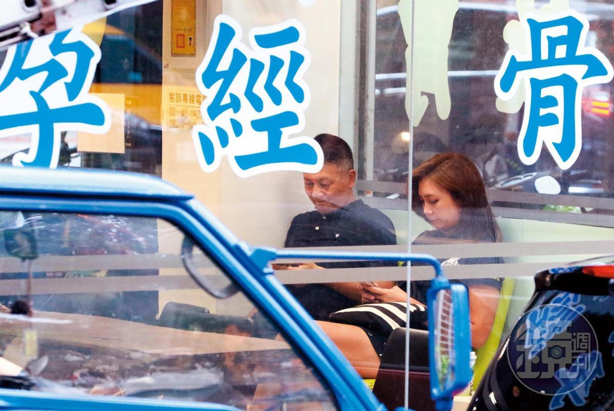 8月19日16:45,前華視主播邱薇而(右),2015年祕嫁大她14歲的百億富商陳讚聲(左)。上週2人現身中醫診所,找上知名的求子助孕醫師。