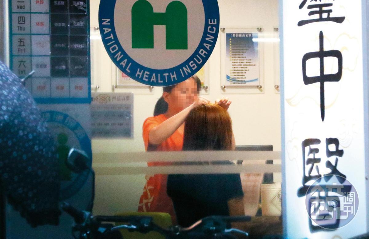 17:21,邱薇而看診後,頭上被扎了好幾針,護理師在旁幫她調整。