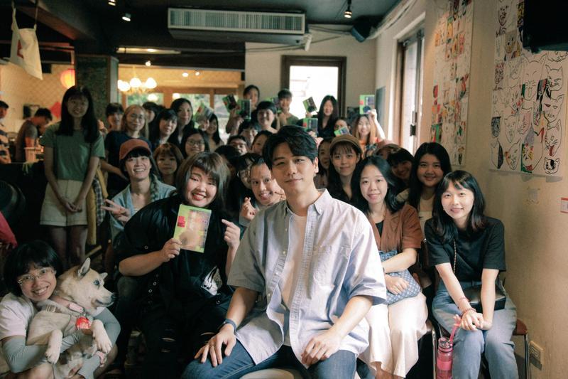 蔡旻佑以不插電演出一個小時,陪伴所有粉絲,演出門票所得全額捐至流浪動物花園協會。(何樂音樂提供)