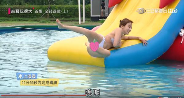 林莎換上比基尼接力爬上泳墊玩比手畫腳,因為太投入而頻頻走光。(翻攝自YouTube綜藝玩很大)