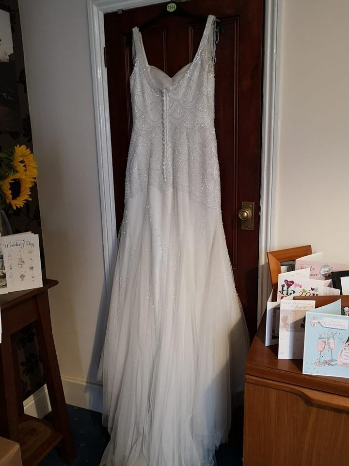 這件婚紗原價1,800英鎊(約新台幣6.9萬元),溫菲爾德在慈善商店用300英鎊(約新台幣1.1萬元)買到手。(翻攝自The life and times of a wedding dress臉書)
