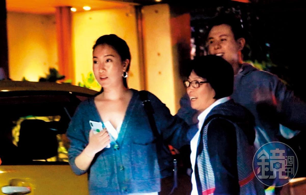 楊祐寧女友Melinda(左)與楊媽媽吃完飯後,貼心先送長輩回家。