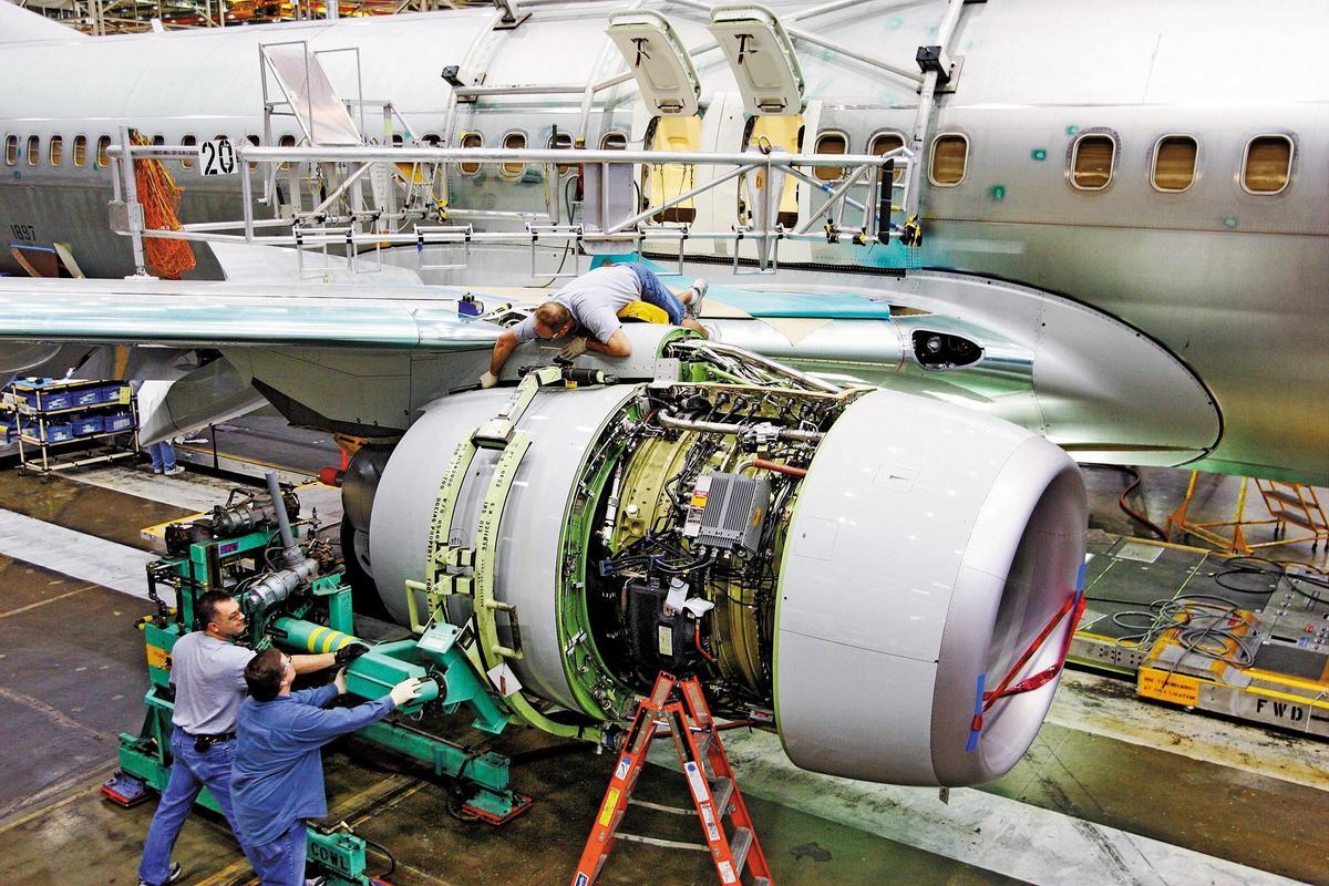 圖為與總統行政專機同款的波音737-800客機正在進行發動機維修保養,其中含有發電機。(東方IC)