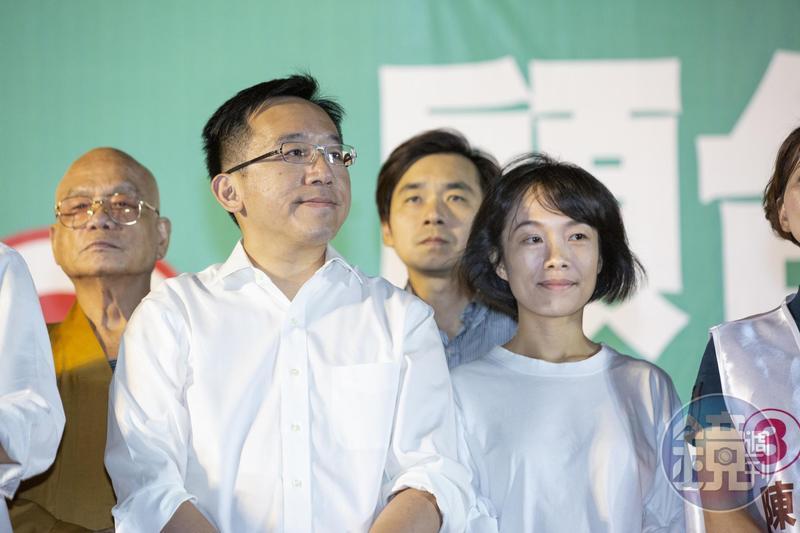 陳水扁搭乘空軍一號南下到台中替兒子陳致中下聘,遭質疑公器私用。