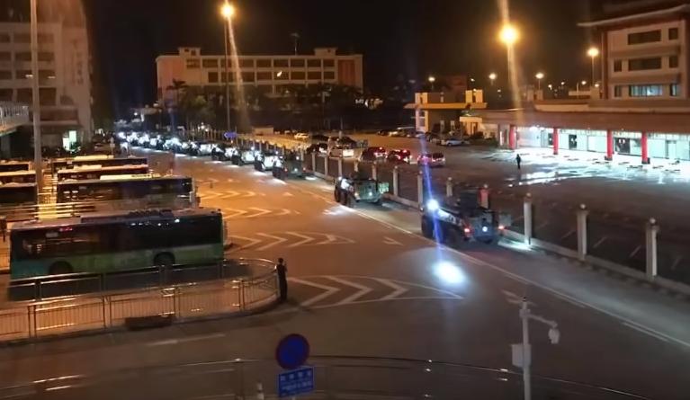 解放軍進入香港影片和照片在社群傳開,引發港人恐慌。(擷取自YouTube畫面)