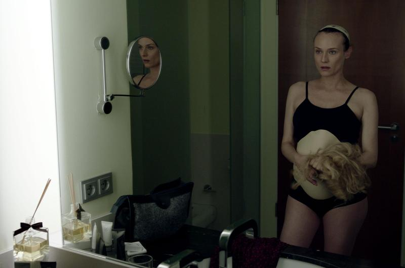 黛安克魯格在《雙面特務》中為了任務改髮色、扮孕肚,但其實她在拍攝該片時就已懷孕。(威視提供)