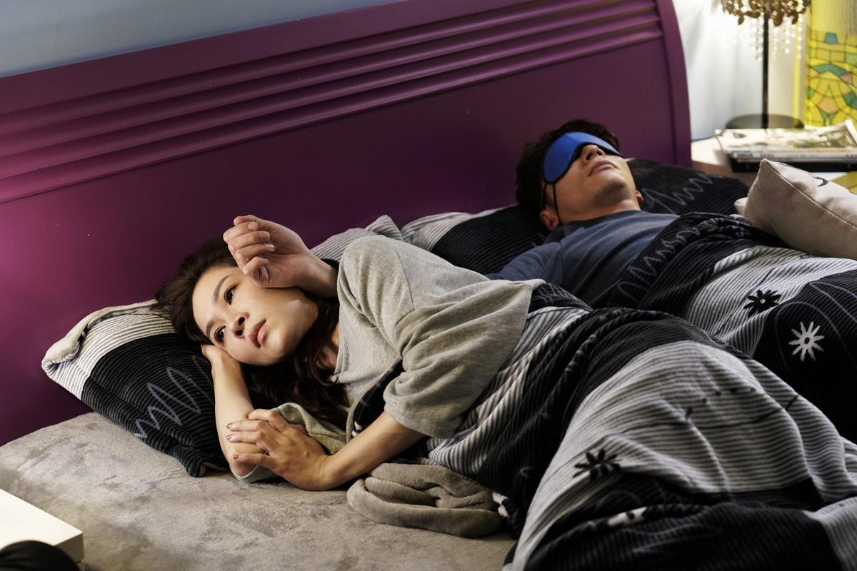 溫昇豪(右)在《俗女養成記》演個媽寶,與謝盈萱配成一對。(CatchPlay提供)
