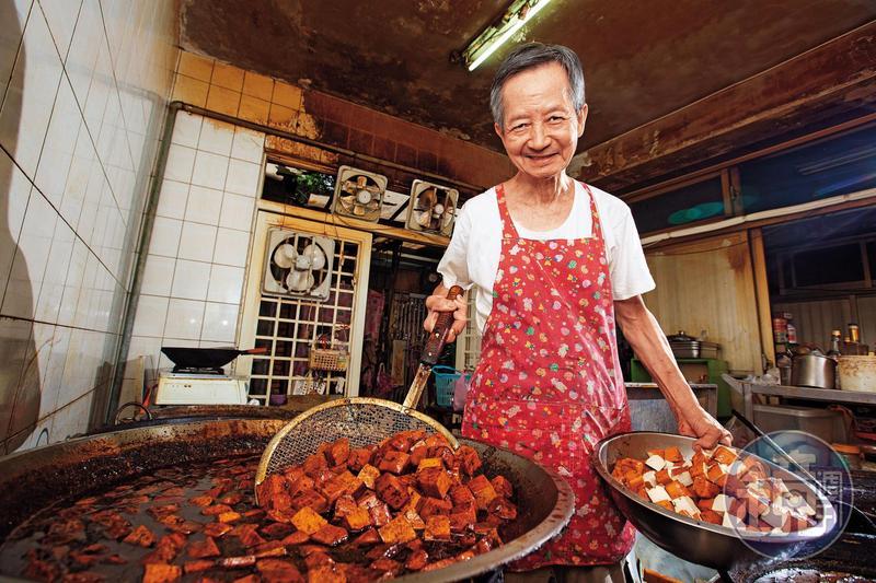 吳家豆干老闆吳長生堅持所有產品不假他人之手,每天都是自己親自滷製。